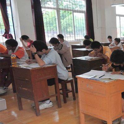 Oppilaita tekemässä koetta.