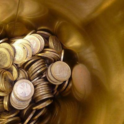 Euron kolikoita peltipurkin pohjalla