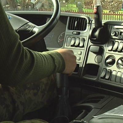 Sotilas ajaa rekkaa