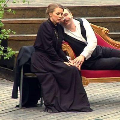 Oskar Merikantoa näyttelee baritoni Jussi Merikanto ja hänen vaimoansa Liisa Merikantoa sopraano Eeva-Maria Kopp.