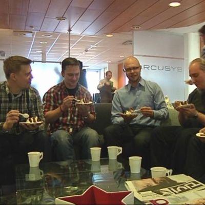 Arcusysin työntekijät nauttivat kakkukahvit palkitsemisen kunniaksi.