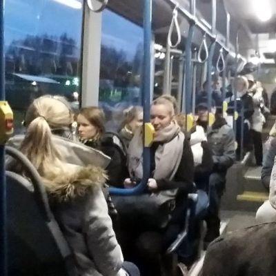 Hämeenlinnalaista aamuliikennettä kaupungissa.