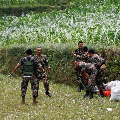 Nepalin armeijan sotilaat odottavat helikopterin laskeutumista Sindhupalchwokin alueella.