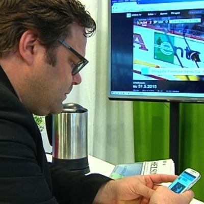 Tomi Leivo-Jokimäki twittaa kännykällä katsoessaan televisiota