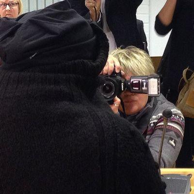 Oulun vauvamurhista syytetty nainen takaapäin kuvattuna