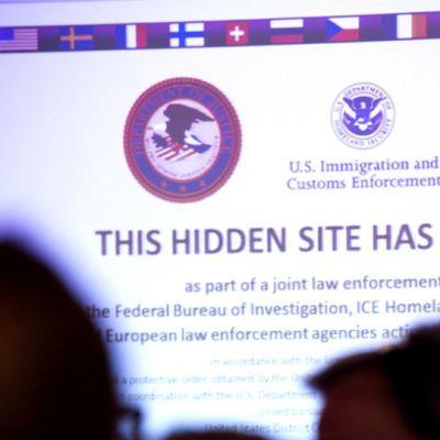 Seinälle heijastettu web-sivu jossa on ilmoitus sivun lopettamisesta.