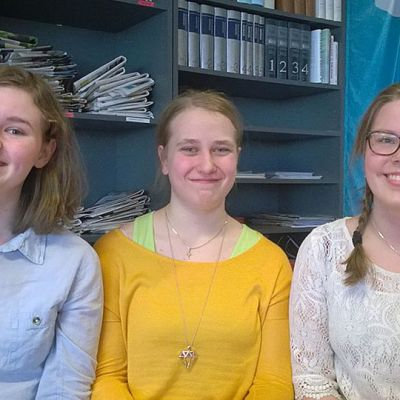 Kuvassa kolme iloista nuorta,  Kaisa Hietalahti (vas) Annu-Elina Erkkilä ja Anni Keskipoikela, ovat valmistuneet sanataidekoulusta