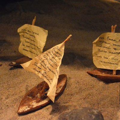 Kaarnaveneitä Saareen-näyttelyssä Kainuun museossa.