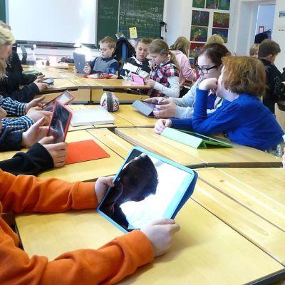 Tottijärven koulun oppilaita iPadien kanssa luokassa