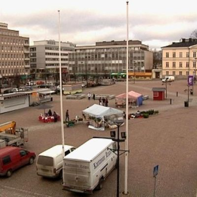 Hämeenlinnan tori Raatihuoneen parvekkeelta kuvattuna.
