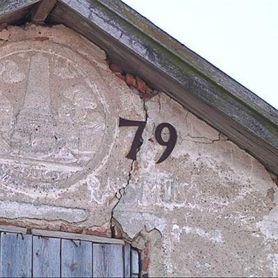 Kuvassa Rasmuksen tiilitalon päätykolmio, siinä vuosiluku 1779