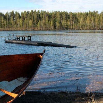 Tulva on vienyt laiturin Pielisen rannasta.