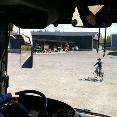 Mies ajaa linja-autoa.