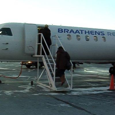 Matkustajia nousemassa Tromssan-lentokoneeseen Oulun lentokentällä