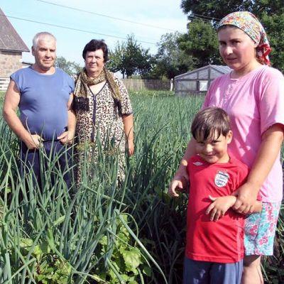 Perhe kuvattuna sipulipellolla Varnjassa.