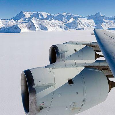 Vinsonin vuorijono ja Etelämantereen korkein huippu Mount Vinson lokakuussa 2012.