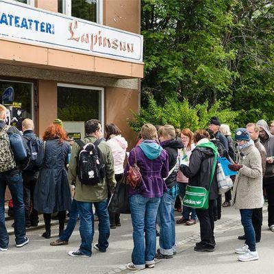 Jono Sodankylän elokuvateatteri Lapinsuun ovella hetkeä ennen festivaalin lipunmyynnin alkua.