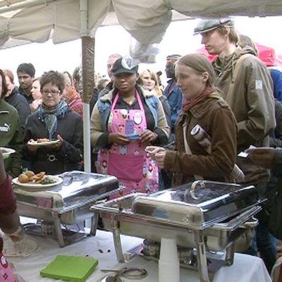 Ihmisiä festivaalin ruokakojulla.
