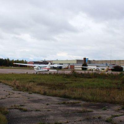 Hallin lentokenttä ja pienkoneita Jämsän Hallissa.