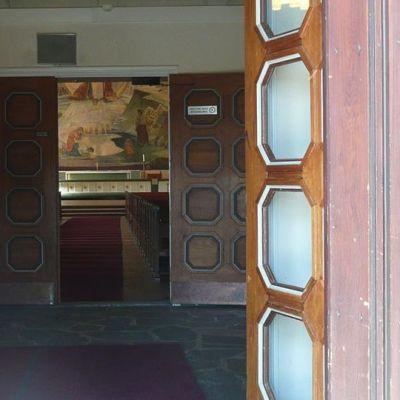 Näkymä Rovaniemen kirkkoon ovelta.