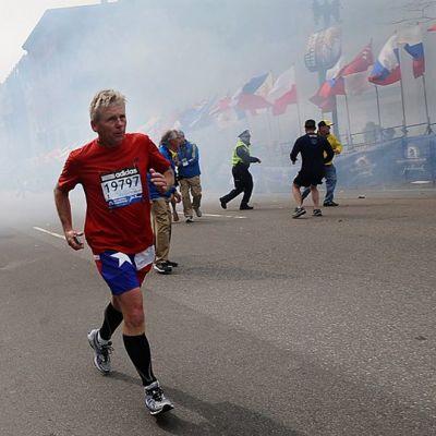 Juoksijoita ja virkailijoita räjähdyspaikalla välittömästi räjähdyksen jälkeen