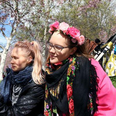 Emilia Kuru ja hänen tyttärensä Lusi, sekä Anitta Iso-Markku Roihuvuoren kirsikkapuistossa.