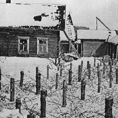 Piikkilankaesteitä esteitä talojen edustalla Karjalan kannaksella.