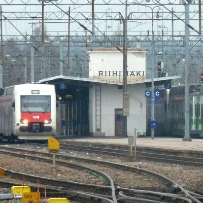 Paikallisjunia pysäköitynä Riihimäen asemalle.