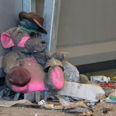 Pehmolelu odottaa siirtoa Kukkuroinmäen jätekeskuksessa.
