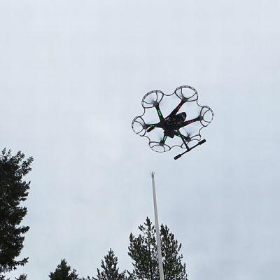 Kauko-ohjattava kopterikamera taivaalla.