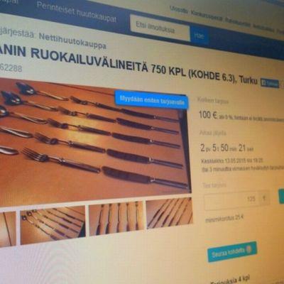 Turun Normaalikoulun aterimia myynnissä nettihuutokaupassa.