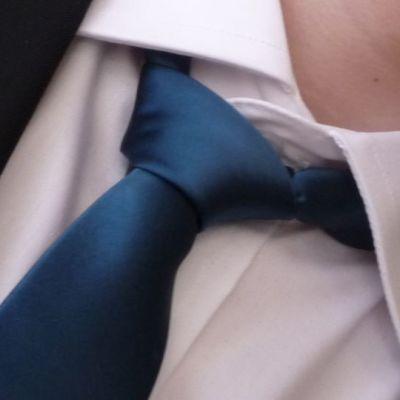 Kuvassa kravatti ja kaulupaita nuoren miehen yllä.