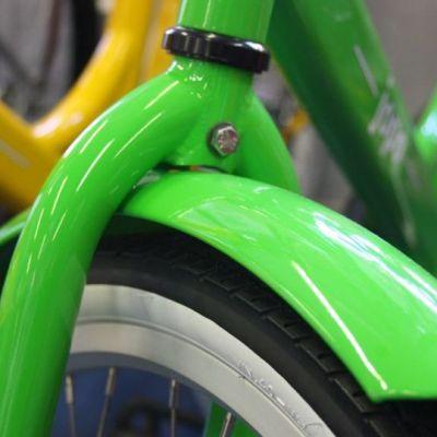 Vihreä pyörän lokasuoja ja vähän rengasta.