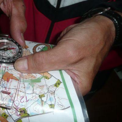 Kompassin käytön opettelu antaa varmuutta metsässä liikkumiseen.