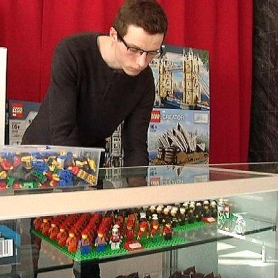 Legojen erikoiskauppa Piipoon yrittäjä Timo Ranto asettaa tuotteita esille.
