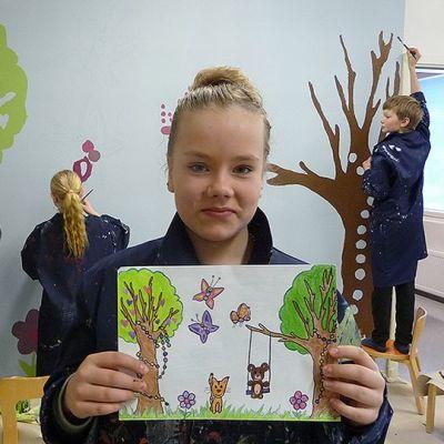 Venla Pajari suunnitteli seinämaalauksen lastenosastolle