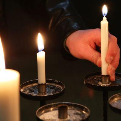 Käsi ja kynttilä.