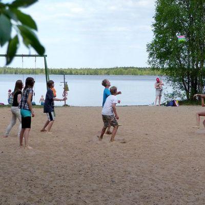Pitkäkankaan koulun seiskaluokkalaiset pelaavat lentopalloa rannalla