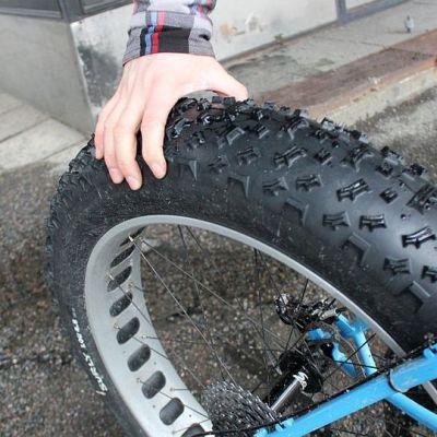 Paksuimmillaan läskipyörän renkaat ovat 4,8 tuumaisia eli 12 senttisiä.