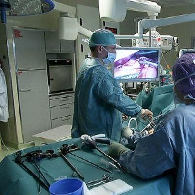Suomessa tehdään vuosittain noin 900 lihavuusleikkausta, Oulun ylipistosairaalassa leikataan satakunta potilasta vuodessa.