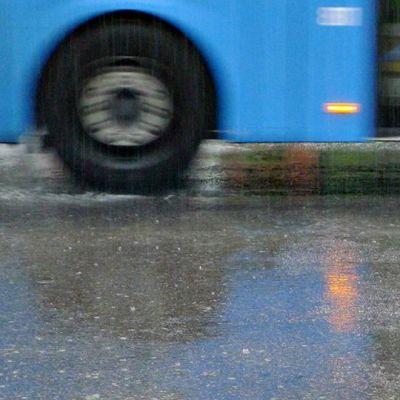 Bussi vesisateessa.