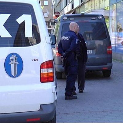 Poliisit kelloliikkeen edessä Aleksanterilla.