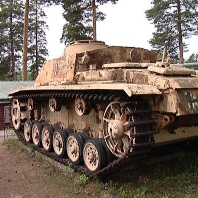 Panssarimuseon rinteillä on  kymmenittäin panssarivaunuja.