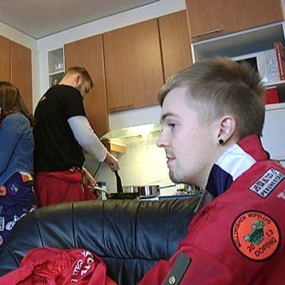 Teekkarit valmistelevat vappubrunssia Lappeenrannassa.