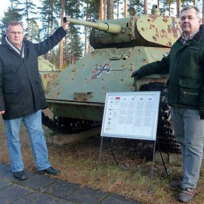 Panssarimuseosäätiön hallituksen pj. Jari Lemmetyinen ja Panssarimuseon johtaja Timo Teräsvalli.