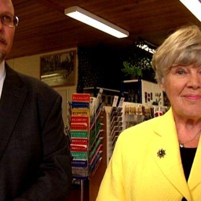 Ministeri Elisabeth Rehn ja Panssarimuseon hallituksen puheenjohtaja Jari Lemmetyinen odottavat vahvaa kansalaiskeräystä museon hyväksi