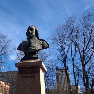 Kuvassa Anders Chydeniuksen patsas  puistossa.