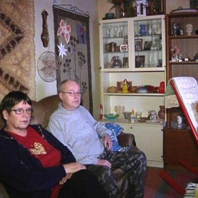Markku Heikkinen Terttu Laitinen istuvat asuntonsa sohvalla.