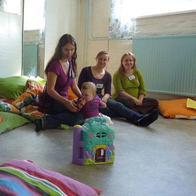 Naisia ja pikkulapsi Tampereen Napapiirin tiloissa