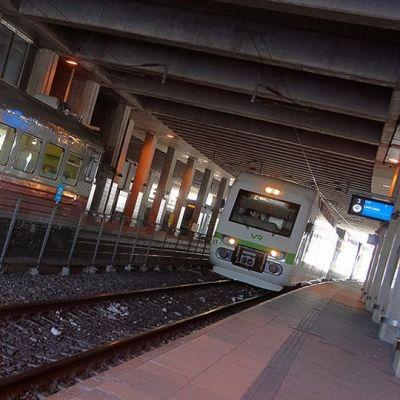 Lähiliikenteen junia Pasilan asemalla.